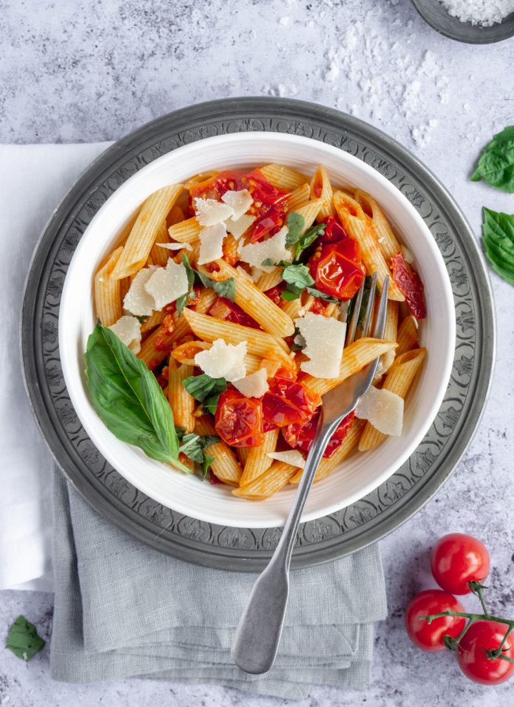 Bowl of pasta pomodoro sitting on top of two folded napkins